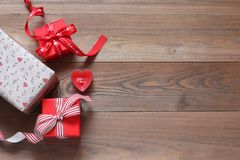Presentes românticos em uma tabela de madeira Imagem de Stock
