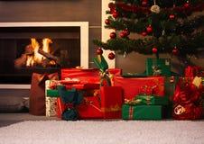 Presentes sob a árvore de Natal Fotografia de Stock Royalty Free