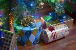Presentes sob uma árvore de Natal Imagens de Stock Royalty Free