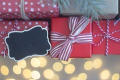 Presentes vermelhos do Natal e o fundo do bokeh imagens de stock royalty free