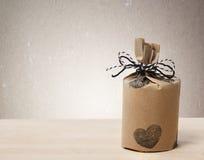 Presentes wraped em um estilo da terra rústico Imagens de Stock Royalty Free