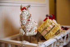Presentes y regalos de la Feliz Año Nuevo Decoración del día de fiesta Imagen de archivo