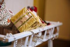 Presentes y regalos de la Feliz Año Nuevo Decoración del día de fiesta Fotos de archivo libres de regalías