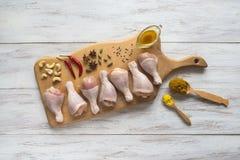 Presenti delle coscie di pollo cucinare con le spezie fotografie stock libere da diritti
