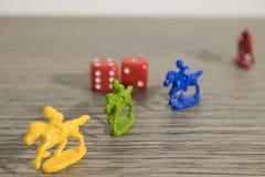 Presenti i giochi, il rosso taglia e cavalli falsi su una tavola di legno immagini stock libere da diritti