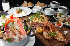 Presenti il pasto dello stufato di castrato dei frutti di mare, il manzo, il bbq, il pane, il gamberetto, lobste immagine stock libera da diritti