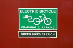 Presenti il ` verde di carico & di parcheggio elettrico della bicicletta del ` delle bici del ` e del ` della stazione fotografia stock libera da diritti