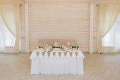 Presenti la decorazione con i fiori bianchi e le candele per una festa nuziale fotografia stock libera da diritti