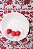 Presenti la decorazione su fondo di legno bianco con le uova di quaglia Fotografie Stock