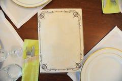 Presenti la disposizione in un ristorante con il menu con spazio libero per testo immagine stock libera da diritti