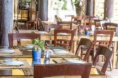 Presenti la messa a punto in caffè all'aperto, il piccolo ristorante in un hotel, l'estate Fotografie Stock