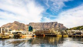 Presenti la montagna osservata da Victoria e da Albert Waterfront a Cape Town fotografie stock libere da diritti