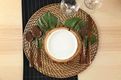Presenti la regolazione con il supporto di legno, decorazione floreale immagini stock