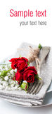 Presenti la regolazione con le rose rosse, i tovaglioli e le terrecotte dell'annata, rea Immagine Stock
