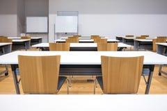 Presenti lo scrittorio con i sedili nel concetto di istruzione dell'aula Immagine Stock Libera da Diritti