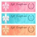 Presentkort-, kupong-, kupong-, belöning- eller gåvakortmall med den blom- rosmodellen, pilbåge (bandet) Steg blommabakgrundsupps Arkivbild