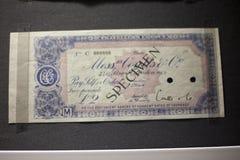 Presentkort kupong, kupongmallorientering med guillochemodellvattenstämplar, gräns Bakgrund för sedeln, pengardesig arkivbilder
