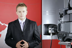 Presentor in de studio van TV voor camera Stock Foto