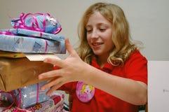 presents för födelsedagflickaöppning Royaltyfria Foton