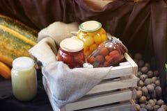 Preservação da colheita, tomates, porcas fotos de stock