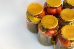Preservación de un banco de tomates y de pepinos Imagenes de archivo