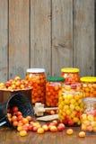 Preservando los ciruelos del mirabel - tarros de cotos hechos en casa de la fruta Imágenes de archivo libres de regalías