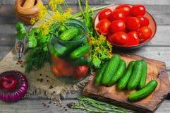 Preservando tomates frescos e conservados dos pepinos Fotografia de Stock Royalty Free