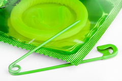 Preservativo con un contacto de seguridad abierto Imagenes de archivo