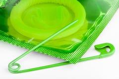 Preservativo con una spilla di sicurezza aperta Immagini Stock