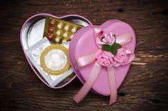 Preservativo e pillola anticoncezionale in scatola immagini stock
