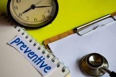 Preservativo en la inspiración del concepto de la atención sanitaria en fondo amarillo fotos de archivo