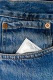 Preservativo no bolso do calças de ganga imagem de stock
