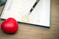 Preservativo no calendário Imagem de Stock