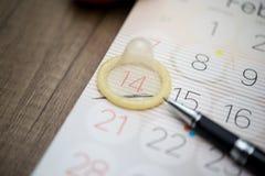 Preservativo sul calendario Immagini Stock