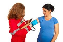 Presión arterial de la medida del paramédico a la mujer Imagen de archivo