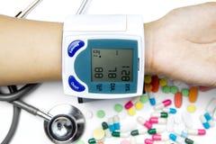 Presión arterial de medición de la mano con Tonometer Imagen de archivo