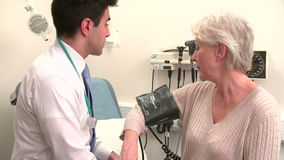 Presión arterial del doctor Taking Senior Female Patient's almacen de video