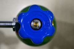 Presión azul de la válvula foto de archivo libre de regalías