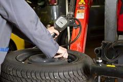 Presión de neumático del coche foto de archivo