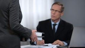 Presión masculina de la sensación del trabajador del jefe en la oficina, trabajo adicional por fines de semana imagen de archivo