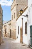 Presicce, Apulien - gehend durch einen alten Durchgang in Presicce stockfoto