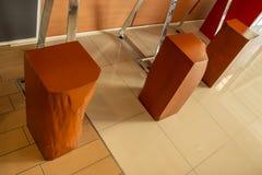 Presida feito fora das hastes de madeira, grande e posto o pé em inoxidável imagens de stock