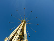 Presida o balanço no parque de diversões contra o céu azul claro Fotos de Stock Royalty Free
