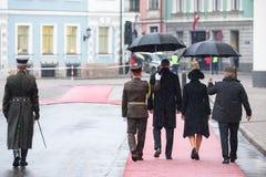 President av Lettland Raimonds Vejinis och presidentsfru av Lettland, Iveta Vejone, väntande på kungliga gäster från Danmark royaltyfri fotografi