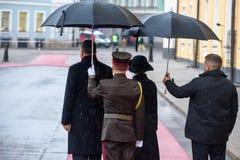 President av Lettland Raimonds Vejinis och presidentsfru av Lettland, Iveta Vejone, väntande på kungliga gäster från Danmark royaltyfria foton