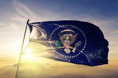 President av tyget för torkduk för Förenta staternaflaggatextil som vinkar på den bästa soluppgångmistdimman royaltyfria bilder