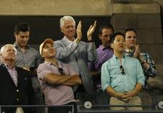 President Clinton som applåderar till US Open 2013 mästaren Serena Williams efter hennes sista matc Royaltyfri Bild