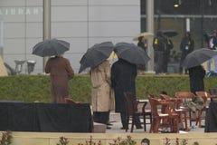 President för tidigare USA Bill Clinton, tidigare president George HW Bush, Barbara Bush och andra på etapp under ceremen för sto Arkivbilder