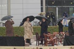 President för tidigare USA Bill Clinton, tidigare president George HW Bush, Barbara Bush och andra på etapp under ceremen för sto Arkivfoto