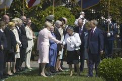 President George W. Bush och drottning Elizabeth II Royaltyfri Bild